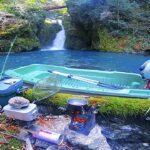 小舟を持って真冬の山と海を釣り探検したよ!【苔が生い茂る神秘の滝と海のオーロラ】