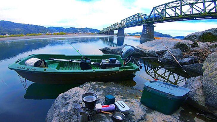小舟で早春の川と海を旅して釣り探検したよ!【龍形の風光明媚な湾に浮かぶ古建築物】